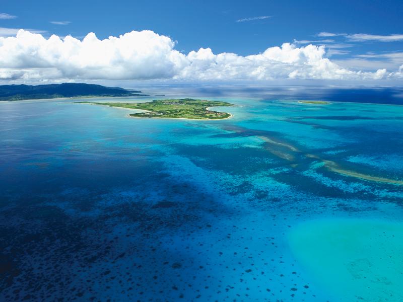 石西礁湖の美しい海に囲まれた小浜島