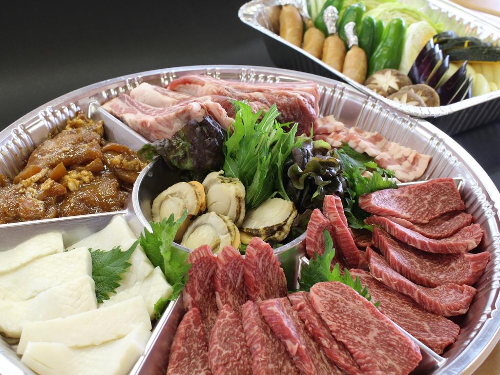 """飛騨名物""""飛騨牛""""などが入った食材をご用意(一例)"""