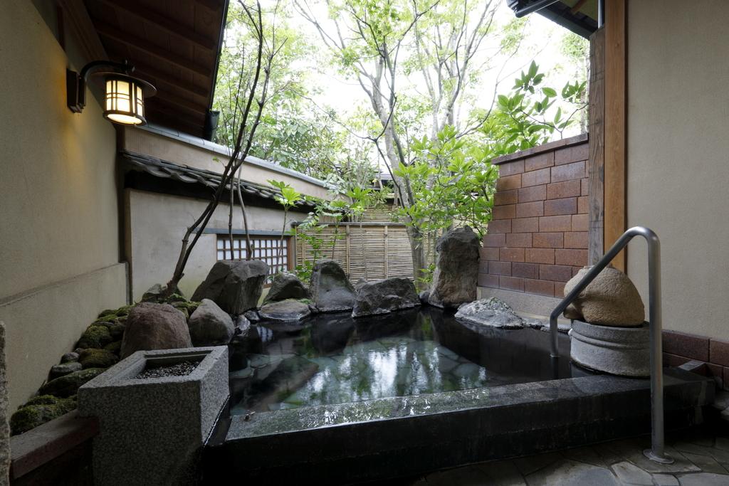 離れの客室露天風呂(源泉100%かけ流し&シャワーブース付き)