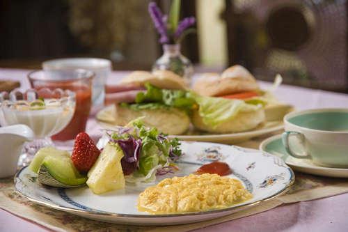 卵とサンドウィッチの朝食