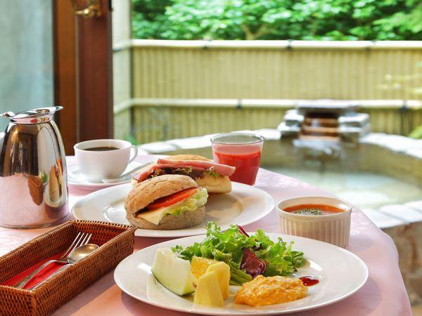 朝食のルームサービス風景