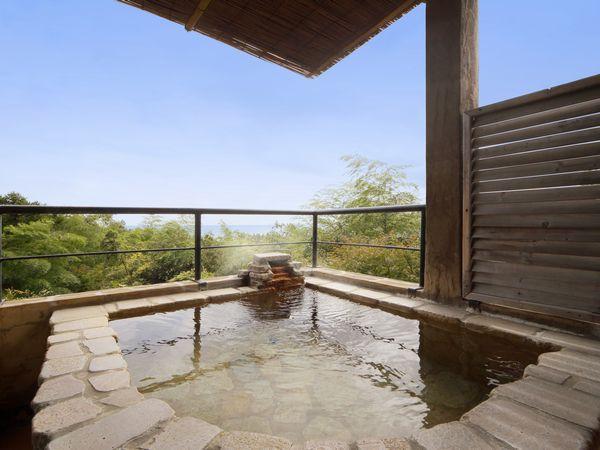 晴れると海を見渡す海側客室の露天風呂