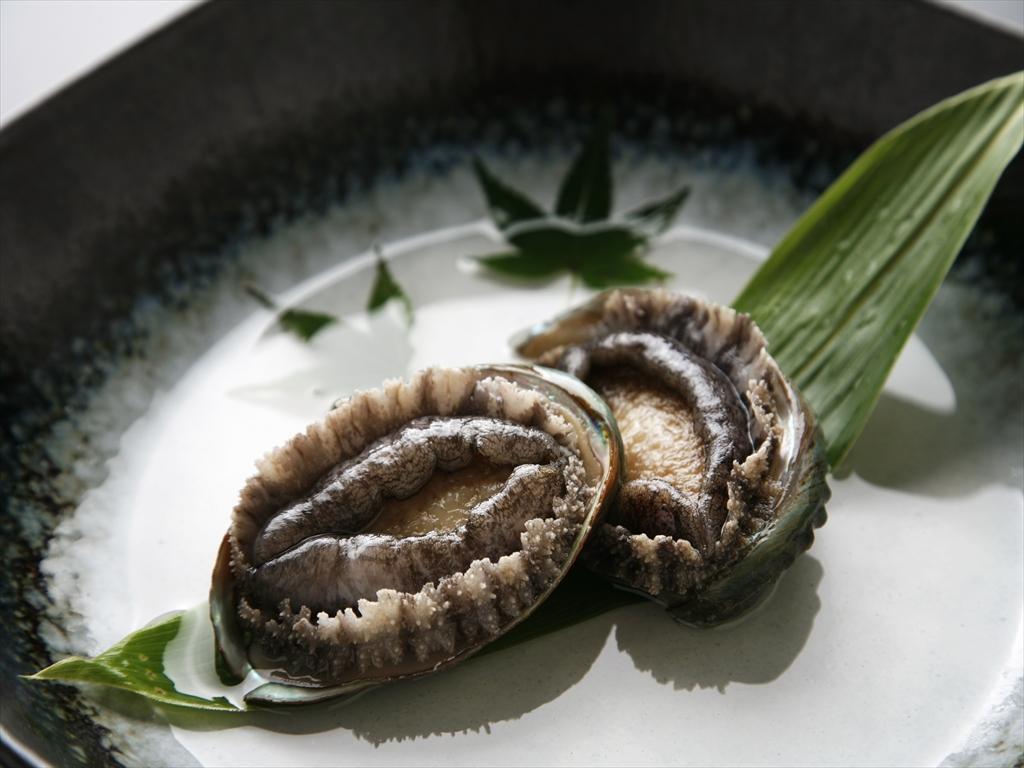 コリコリの食感と贅沢な磯の香りがたまらない鮑(写真はイメージです)。