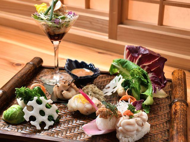 真だちとあんこうを使用した旬一皿。握りに焼き物、干草和えなどで彩り鮮やかに仕上げました(写真イメージ)。