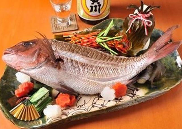 その鮮やかな色合いから別名「花見鯛」と言われる桜鯛の大吟醸酒蒸し。お祝いの席を華やかに彩ります。