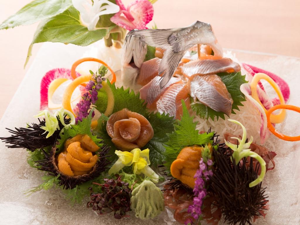 殻付きウニとチップの「旬一皿」。この時季ならではの味をお愉しみくださいませ。