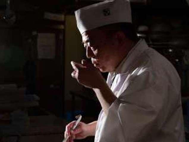 第一寶亭留 総料理長 夏目智博。培ってきた経験と知恵を生かし、ちょっと驚きの味わいを生み出します。