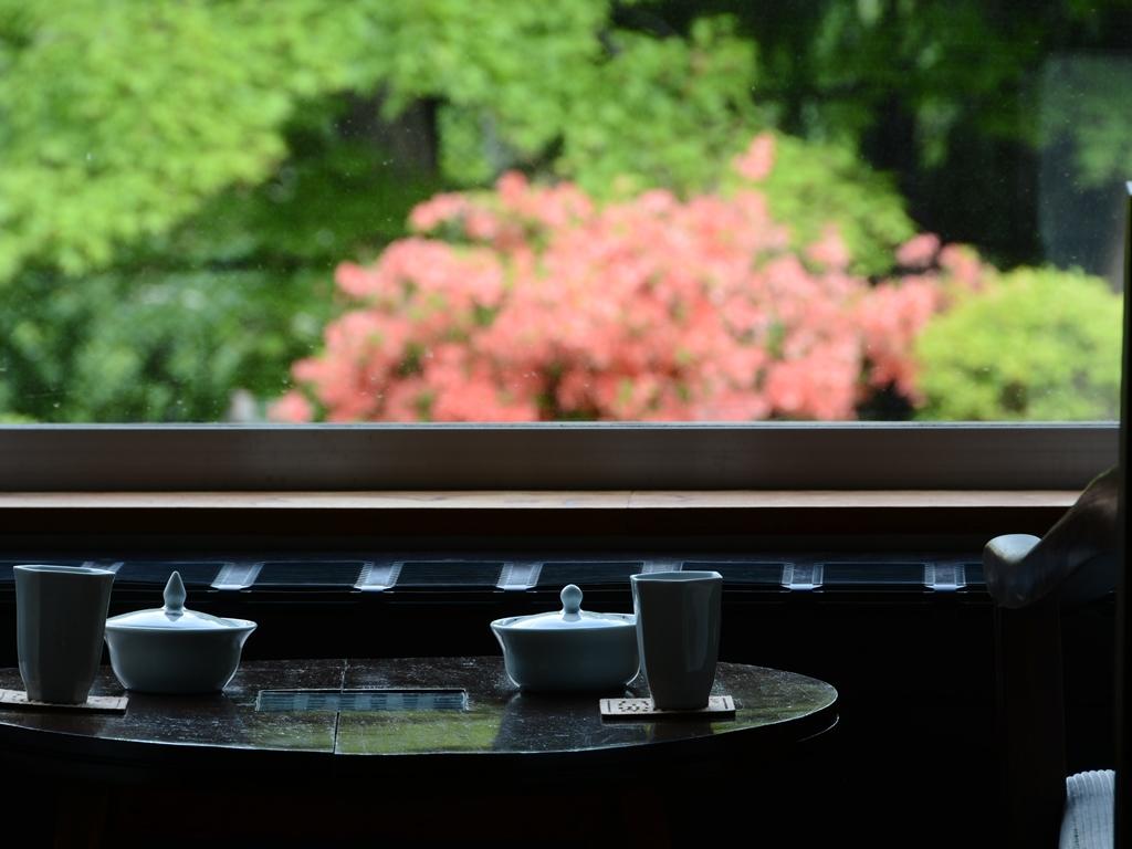 初夏の風に揺れる花々が美しい季節。ツツジを愛でながら、贅沢な旅のひとときを。