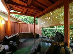 離れの湯屋「森乃湯」の露天風呂。源泉100%かけ流しの湯をお楽しみいただけます。