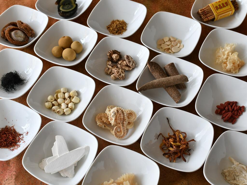 翠蝶館の薬膳料理は、旬の食材で五味調和を整えながら美と健康に配慮した様々な薬漢を取り入れます。