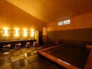 【森乃湯】源泉かけ流し離れの湯屋「森乃湯」の内風呂。昔ながらの湯治場の雰囲気を感じさせます。