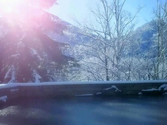幻想的な雪見の露天風呂。空気が澄んだ朝の入浴も格別です。
