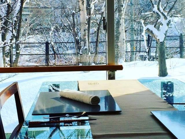 レストランの窓際の席からは美しい雪景色が眺められます。