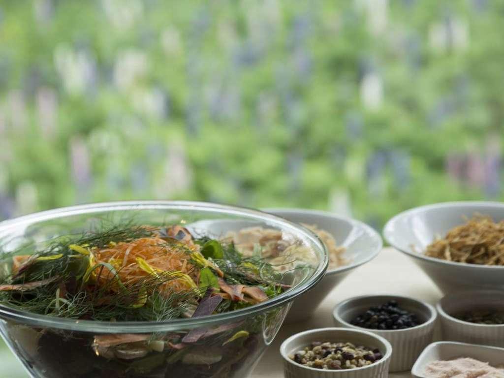 朝食はプレートの他、セルフビュッフェで特製パワーサラダをご用意。朝からカラダに栄養を。