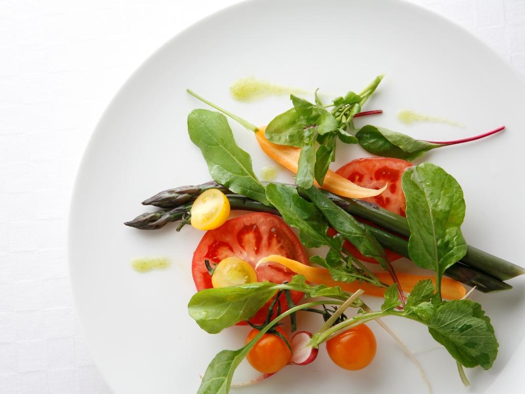 ご夕食イメージ/白いプレートをキャンバスに見立て、絵画のように鮮やかに。