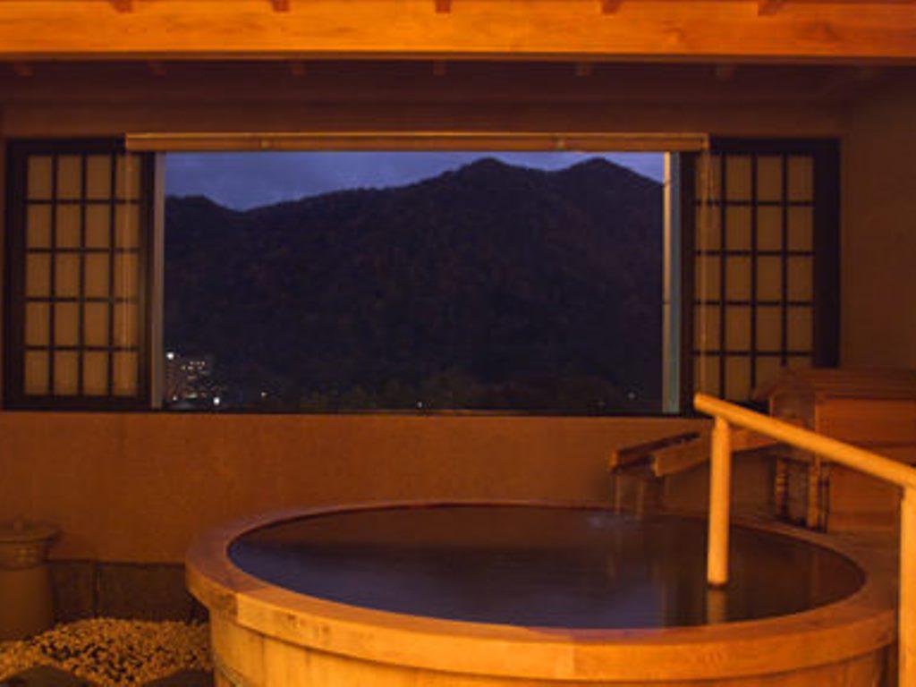 本館の貸切風呂「観山乃湯」。周囲に気兼ねない湯浴みをお愉しみください。