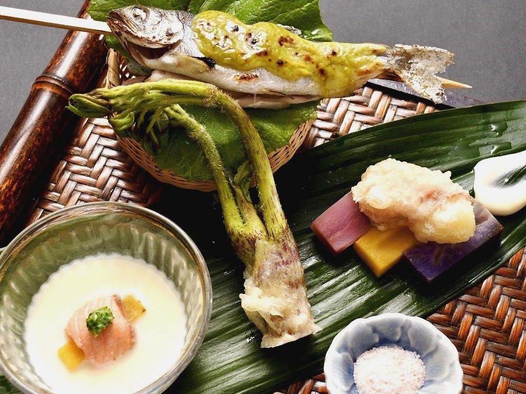 写真上/姫鱒の塩焼き、右/鮮やかな三色新じゃが、中央/山うど天ぷら、左/じゃがいものすり流し。