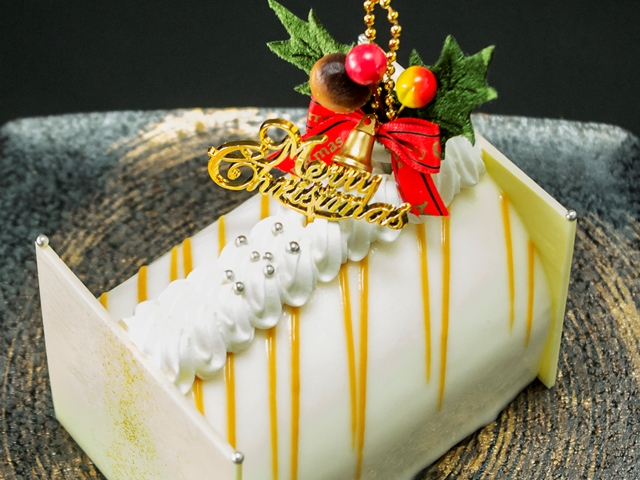 パティシエ特製のXmasケーキ。中はシャンパンのムースやガナッシュなどで5層に。