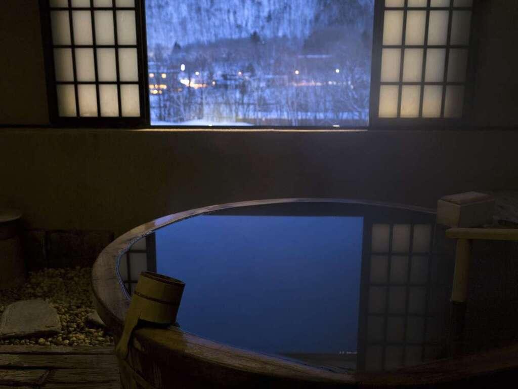 定山渓第一寶亭留 翠山亭の貸切風呂でふたりきりの湯浴みをお愉しみくださいませ(写真は観山乃湯)。
