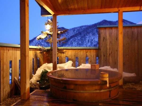 雪見の湯浴みも格別の趣。定山渓第一寶亭留 翠山亭の貸切風呂。