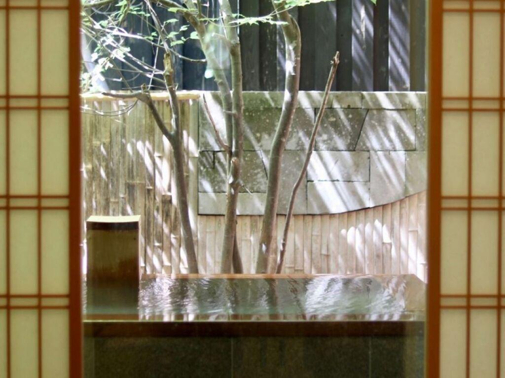 【露天風呂付和洋タイプ60平米】新装客室を含め、14室すべてのお部屋に温泉を引き込んでおります。