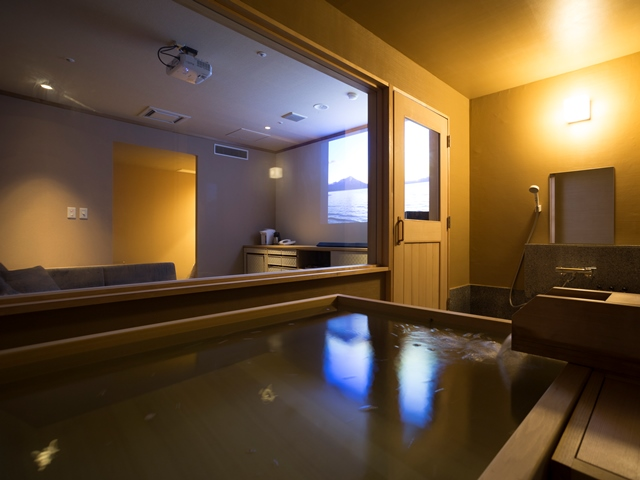 温泉&シアター付客室。のんびり湯浴みをしながら映画鑑賞を。