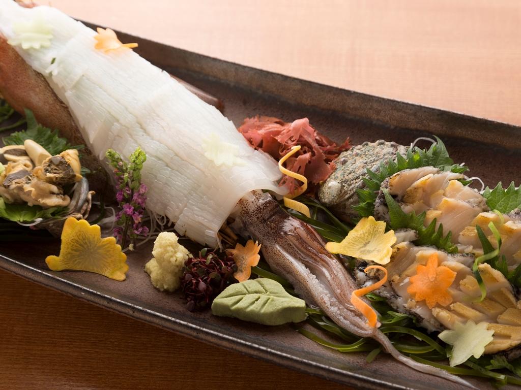 イカの姿盛りと鮑のお造りの「旬一皿」(イカは一本を二名様盛りで)。