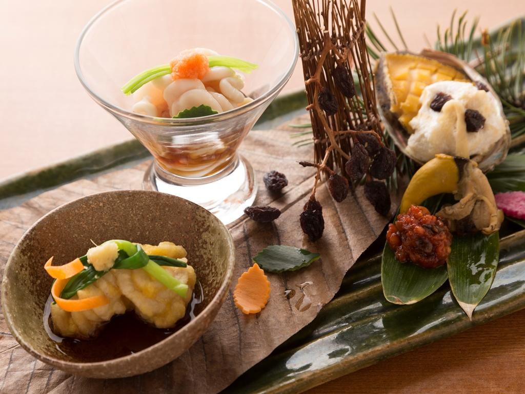 「日高産たち」と「鮑」を使用した旬一皿。彩り豊かな季節の味わいをお愉しみくださいませ。