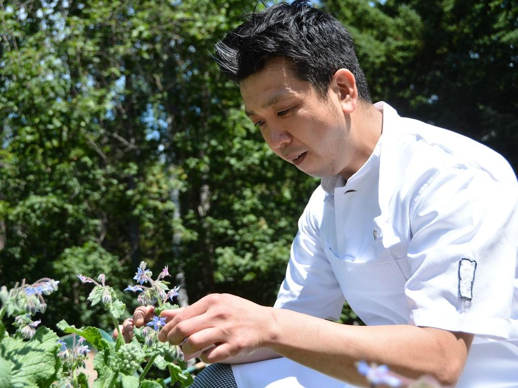 お食事には、シェフ自らその日収穫したばかりの自家菜園野菜をふんだんに使用します。