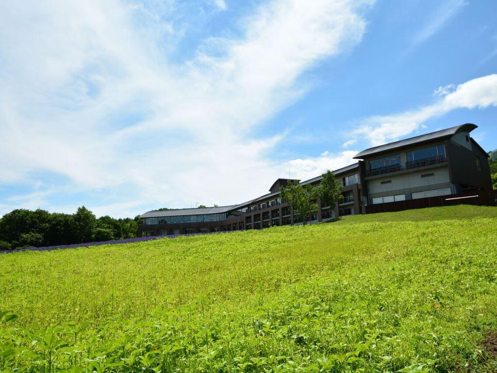 3万5千坪の敷地に25室のみの開放感。ガーデンと自家菜園畑、奥に森が広がる。