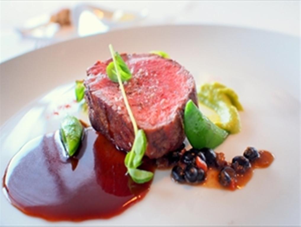 盛り付けも美しく〜ある日のフラノフレンチお肉料理の一例