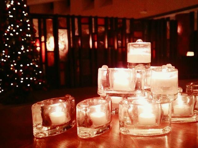 ラウンジはキャンドルの灯やXmasツリーでロマンチックな雰囲気に。