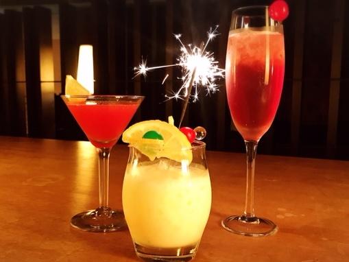 クリスマス期間のみのオリジナルカクテルをサービス〜お二人の特別な夜に乾杯。