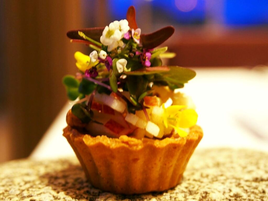 富良野産の蜂蜜と江丹別のブルーチーズに、くるみのサラダ。 最後に生命力たっぷりのスプラウトを添えて。