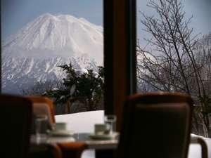 ホテルからは晴れていれば羊蹄山が手に取れるように見えます