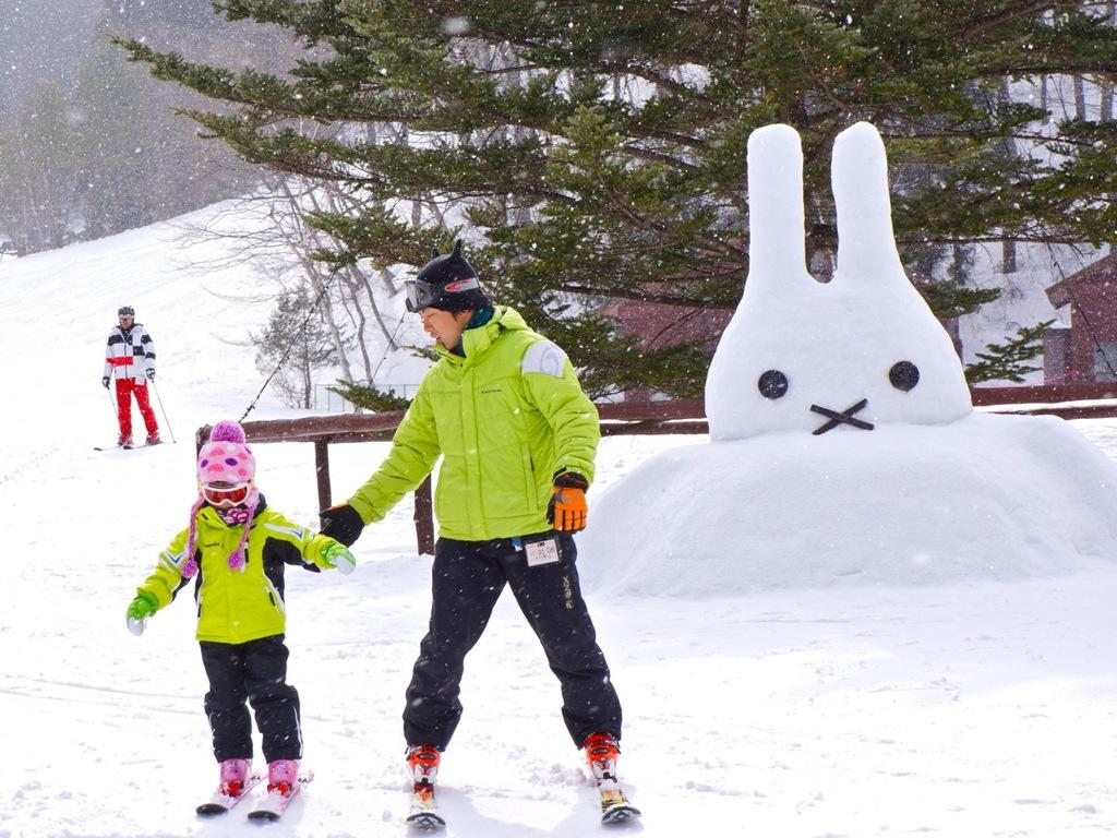 親子で一緒にスキー。