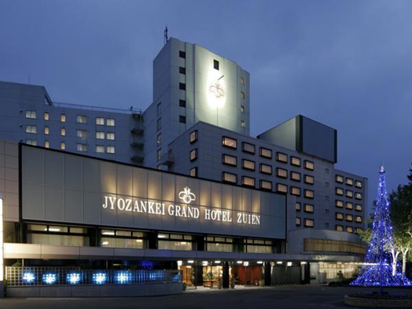 【外観】〜ホテル正面玄関】夜はきれいにライトアップされています。