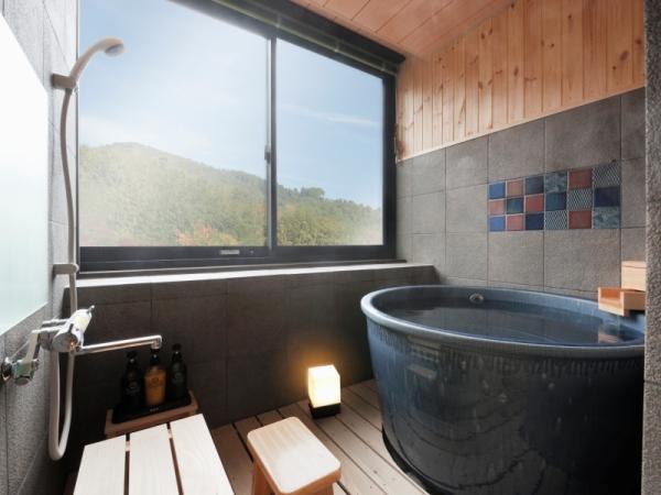 【瑠璃の館】展望風呂〜大きな窓から見渡す、定山渓の美しい渓谷はまさに絶景です。
