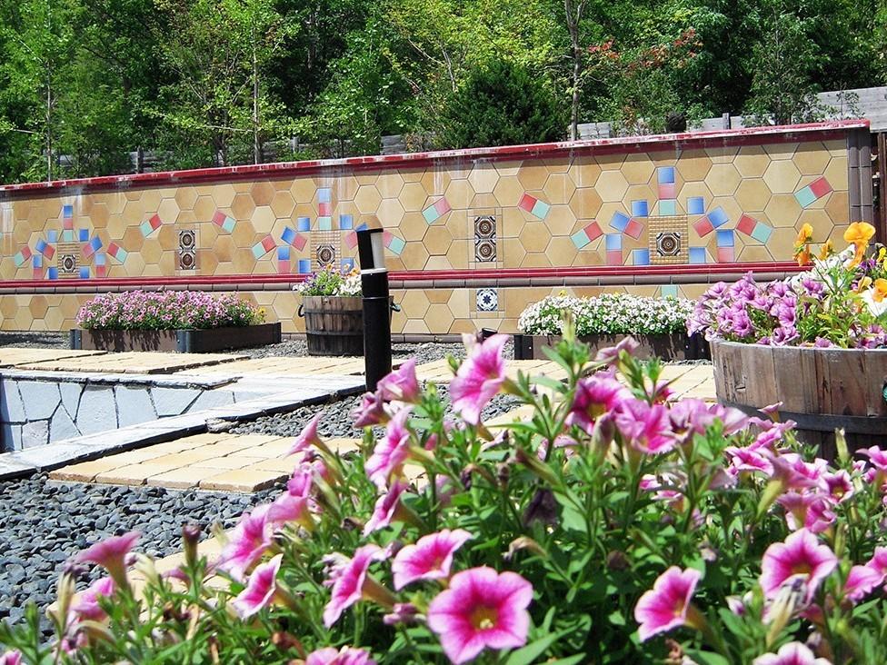 【希みの湯】大露天風呂〜花の露天風呂〜桜につつじ、ライラック、しゃくなげやあじさいなど色鮮やかな花に囲まれた露天風呂