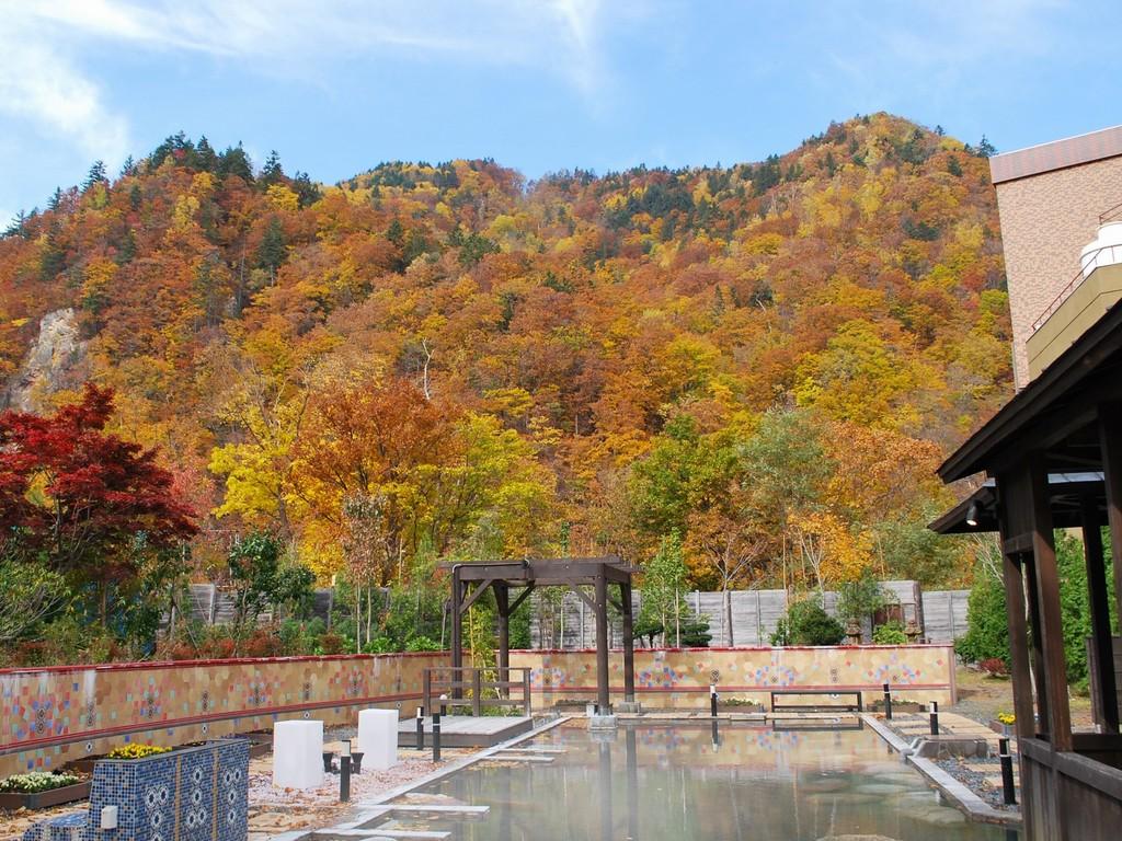 【希みの湯】大露天風呂〜秋の露天風呂風景