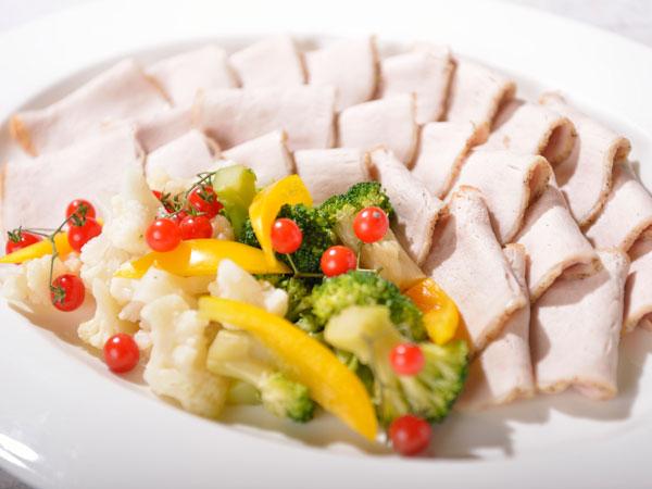 【春のバイキング 5‐6月】ローストポーク ピリ辛ソース 彩り野菜を添えて