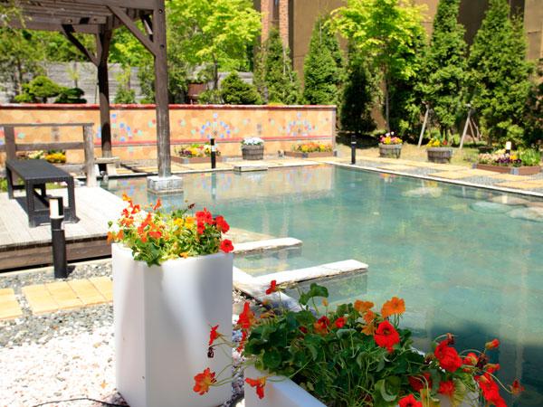 【希みの湯】花の露天風呂(例年5月頃から)〜季節の花々を愛でながらの湯あみをお楽しみください