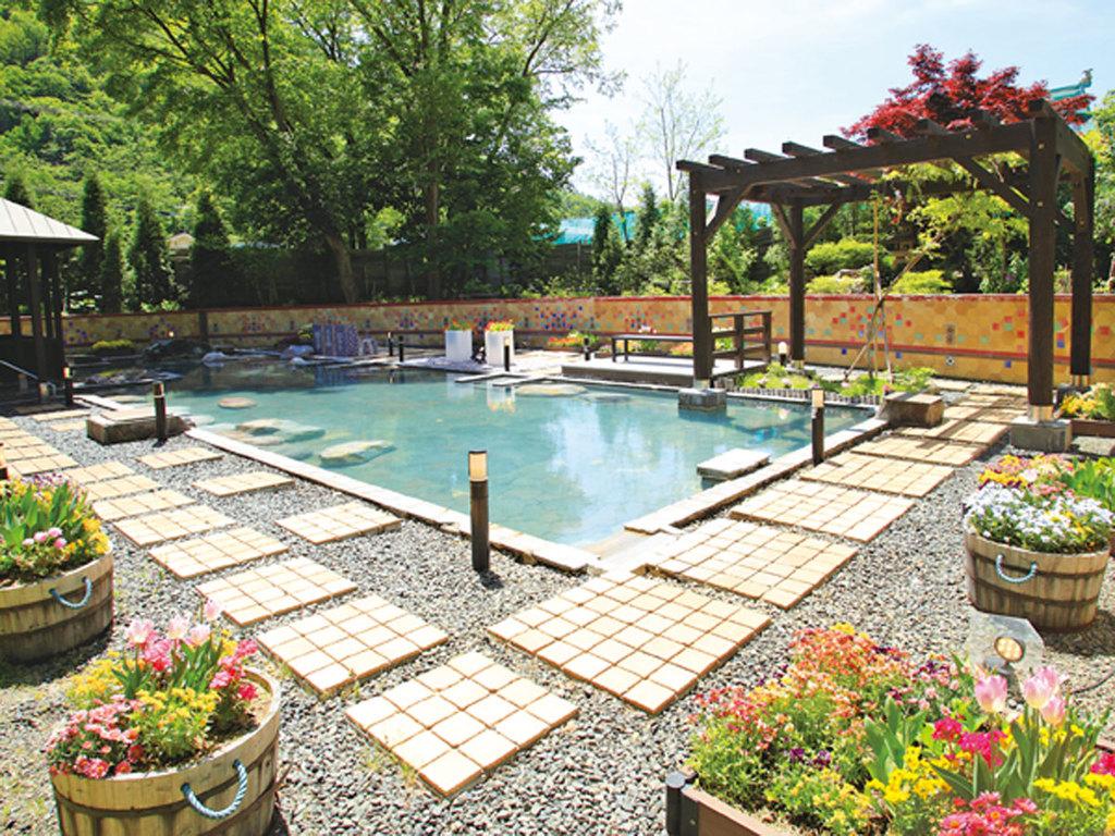 【希みの湯】大露天風呂〜花の露天風呂〜定山渓一の広さを誇る、開放感いっぱいの大露天風呂。