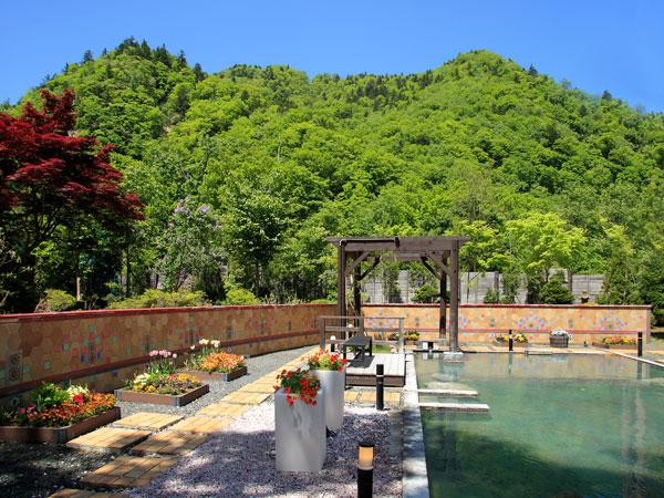 【希みの湯】花の露天風呂(例年5月頃から)〜新緑の渓谷を眺めながらのんびり
