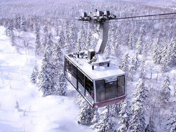 雪景色の中を進む旭岳ロープウェイ