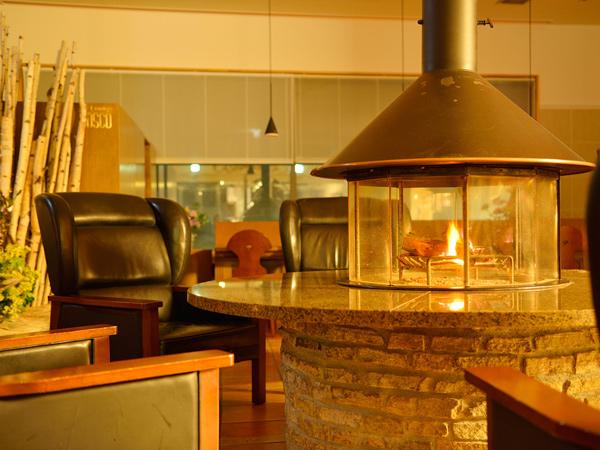【ロビー】〜冬期のみ〜エントランスを入ると、暖かな炎(円形暖炉)が歓迎します。