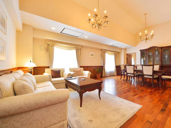 【特別室】<スイート>リビング〜広々とした窓からの展望を楽しめる最上階角部屋
