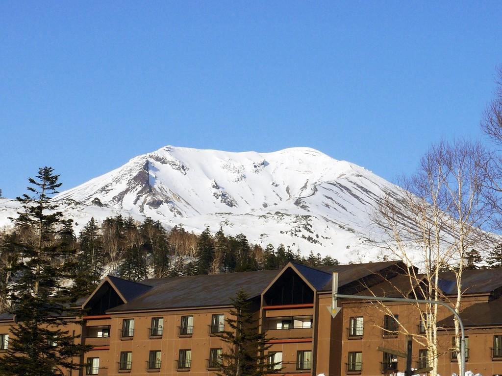 【外観】=春=背景に雄大な旭岳を望むベアモンテ