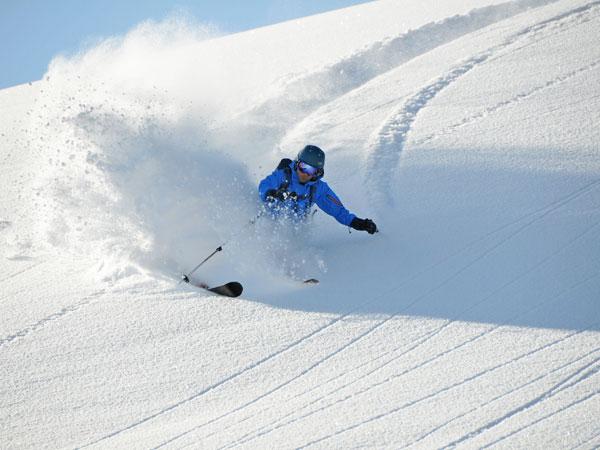 雄大な大自然の中を縫うように滑走する旭岳スキーコース