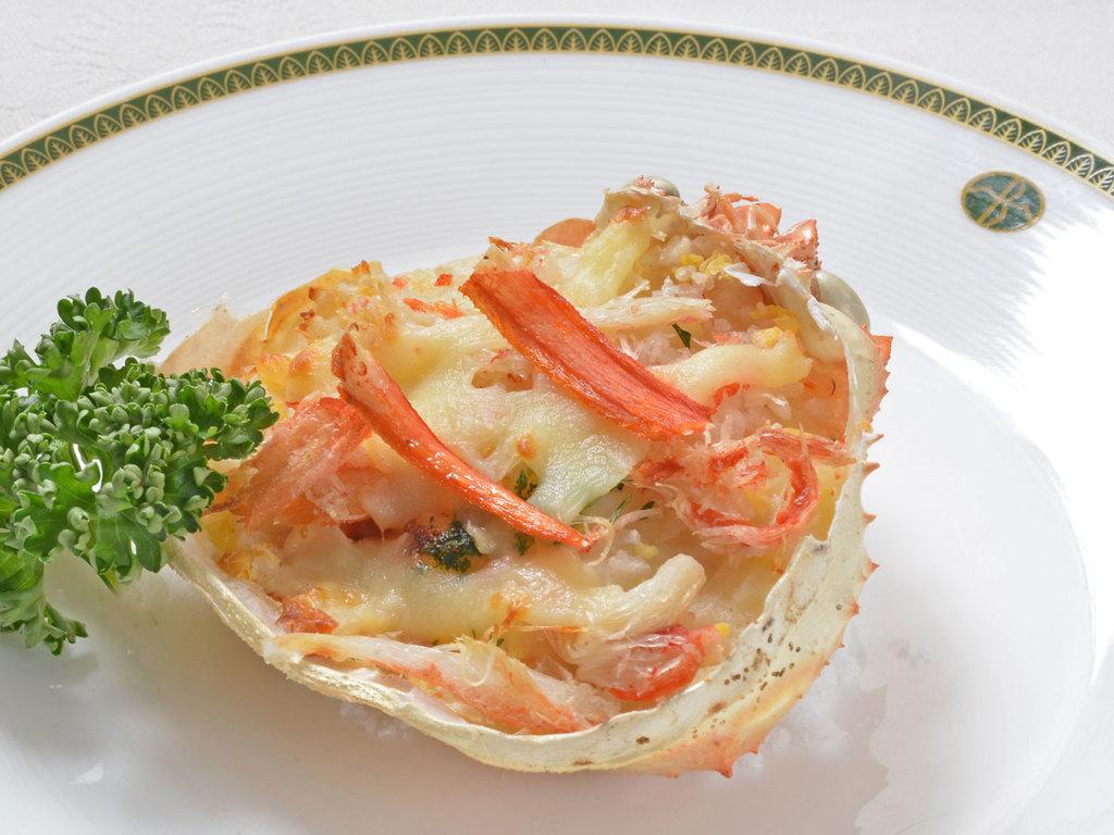【調理長特製料理】4月の1品 「ずわい蟹の甲羅グラタン」